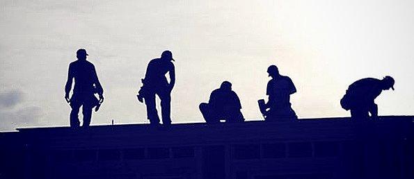 Trabajadores dando mantenimiento a techo